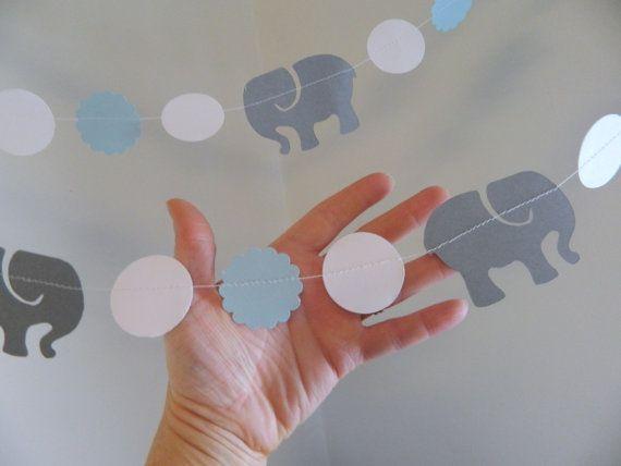 Deze schattige olifant en cirkel garland kan worden gebruikt voor een baby shower, kinder verjaardag versiering, om op te hangen in de nieuwe weinig iemands kwekerij ook! Beste deel! U kiest de kleuren!!   Ze zijn ca. 10 continu voeten van 3 inch donker grijze kaart voorraad olifanten en 1,5 inch witte cirkels en 1,5 inch licht blauwe kaart voorraad geschulpte cirkels alle genaaid samen. PERFECT voor een baby shower--verjaardagsfeestje of kwekerij. Het hele strand maatregelen ca. 10 voeten…