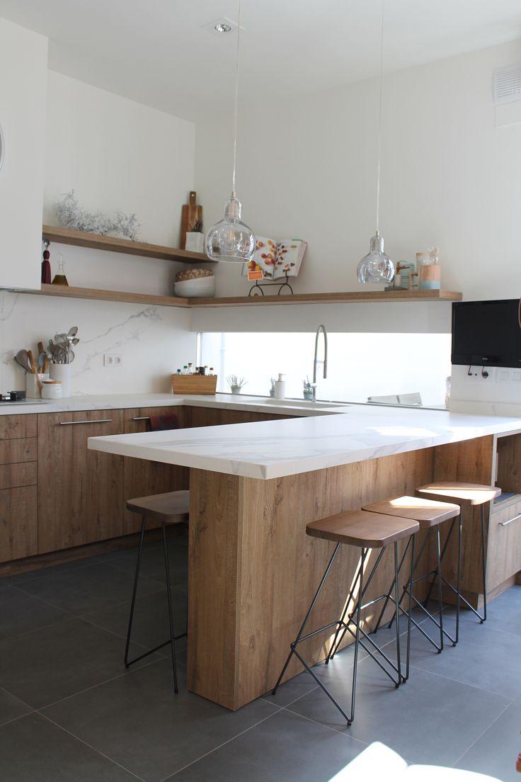 Cocina en madera y mármol con península para desayunos