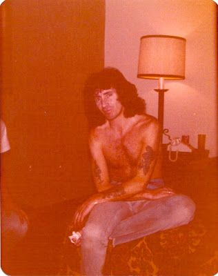 ümlaut: Random Rock Star Moment: Bon Scott  July 1, Bon's hotel room,  St. Louis.