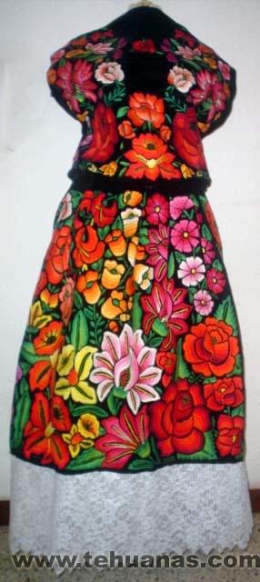 Traje de tehuana, bordado a mano, terciopelo negro. Flores medianas y grandes de colores diferentes.  Inlcuye: Hupil, falda y olán.