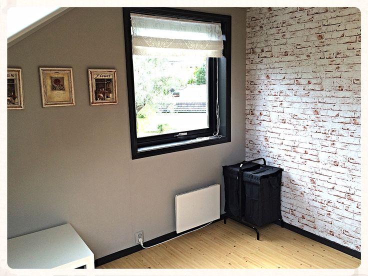 Rødlig mursteintapet, varmgråe vegger og mørkegråe gulvlister