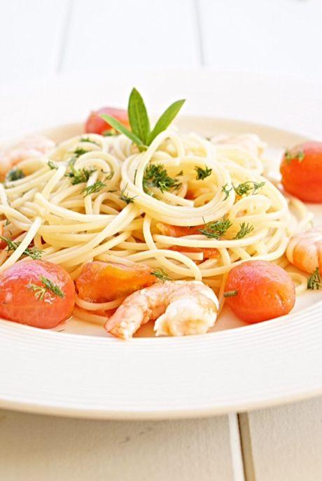 Паста с креветками и помидорами черри