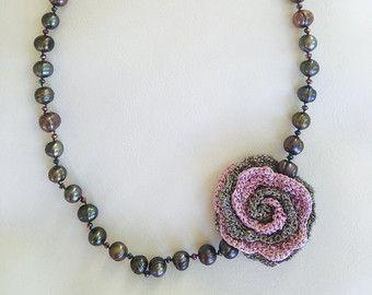Orecchini di perle conchiglie con cerchio alluncinetto e coralli. Ho fatto il cerchio alluncinetto utilizzando bene filato metallico argenteo. La perla misure 8 mm di diametro e il cerchio alluncinetto di circa 2 cm nella fabbricazione di diametro un un orecchino di 5,5 cm di lunghezza.