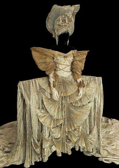 Le Lac des cygnes, costume pour la Reine d'après Tomio Mohri, Opéra Bastille, 1992. Coll. cncs/onp.