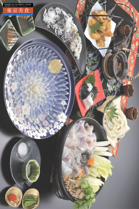 創業55年ふぐ料理の老舗が徹底管理!米宇宙食基準でお届けする。国産とらふぐフルコース[とらふぐ刺身(陶器絵皿入)、とらふぐ皮、とらふくちり身・アラ、とらふぐコラーゲンしゃぶ用皮、とらふぐから揚げ粉付き、とらふぐ入うどん、ひれ酒用ヒレ]  日本業界初でアメリカ宇宙食の国際衛生管理基準HACCP取得。国産にこだわり、ご家庭でも安心で、老舗の匠の技をお気軽にお試しいただく国産とらふぐフルコースです。