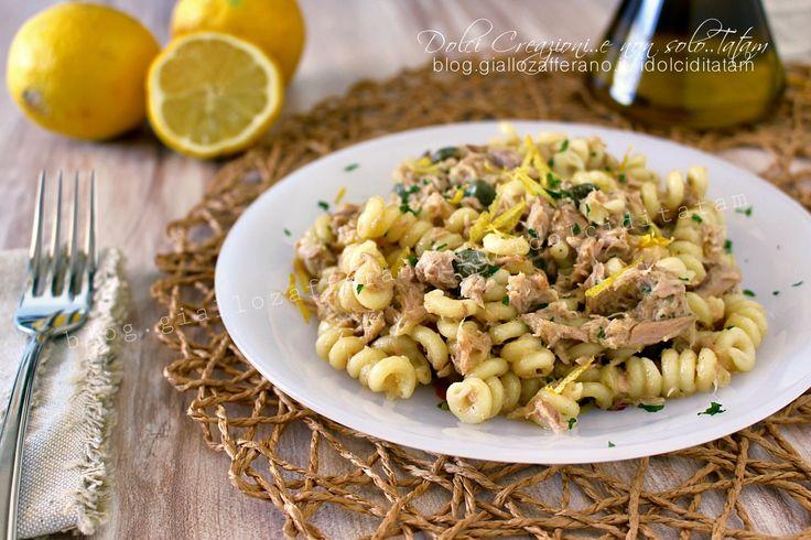 La Pasta con tonno al limone e capperi è gustosa, fresca e profumata, ricca di sapore e si prepara in pochi minuti, il tempo necessario per cuocere la pasta