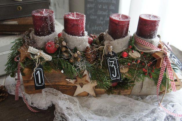 Weihnachtszeit für alle Sinne…. ein frisch duftenden Adventskranz, das frische Grün der Konifeeren, der Glanz des Lichtes…. Länge ca. 56 cm Höhe ca. 30cm Die Kerzen sind Save-Candles -…
