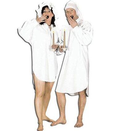 Wit ouderwets nachthemd voor heren. Lang nachthemd voor heren tot aan de knie. Het nachthemd is in 1 maat verkrijgbaar, een M/L. Het nachthemd is inclusief slaapmuts en gemaakt van polyester.
