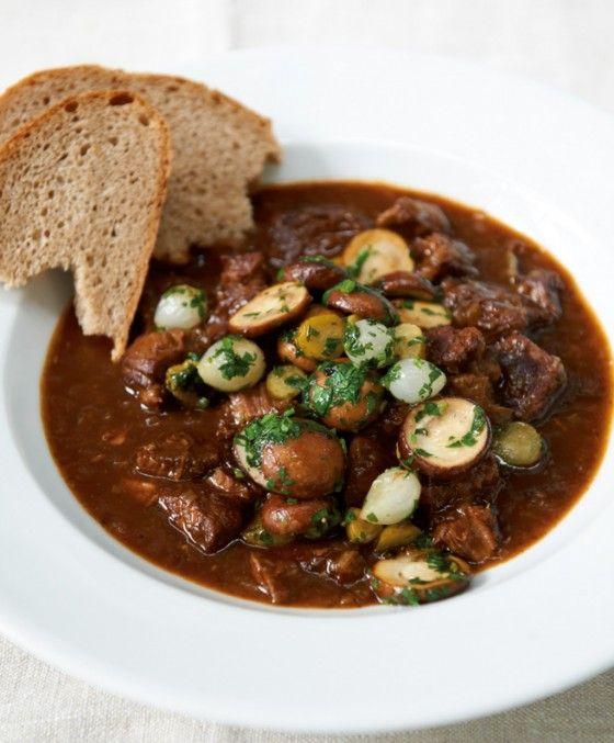Das Rindfleisch wird 3 Stunden in Rotwein geschmorrt und kurz vor dem Servieren mit  einer Pilz-Cornichon-Perlzwiebel-Mischung veredelt.