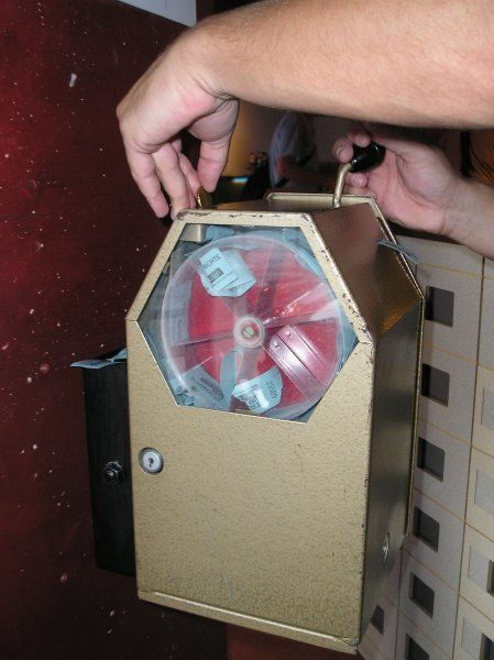 DDR-Fahrscheinautomat: Im Prinzip war dieses Ding nur ein großes metallenes Etwas, das oben einen Schlitz hatte und an der vorderen Front eine Glasscheibe, durch die man beobachten konnte, wie das Kleingeld auf ein rundes Förderrad fiel. Sobald man den Hebel an der Seite herunterdrückte, rutschte das Geld in die nächste Lade und ein Stück Papier, wie von einer alten Kinokartenrolle, kam am vorderen Schlitz heraus - der Fahrschein. Wenn man nur an dem Hebel gezogen hätte, ohne Geld…