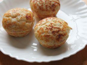 Muffin Salgado 4 Ingredientes. 2 xíc. far. de trigo c/ fermento 1 1/2 xíc. leite 1 xíc. queijo ralado 125 g peito de peru picado; OBS: sal, pimenta do reino e outros temperos a gosto, se não tem farinha c/ fermento, segue receita da Nigella: 1 xíc. de farinha 1/2 colher chá de bicarbonato 1/2 colher chá de fermento em pó. Peneire a farinha e faça um buraco no meio. Coloque o leite, queijo e 2/3 do peito de peru. Misture. Despeje na forma p/ muffim. Coloque peito de peru...