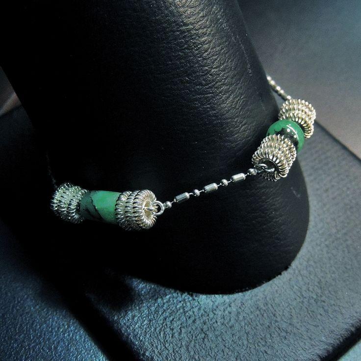 Pulsera hecha en plata 950 (tejido filigrana) con piezas de esmeraldas morralla. BES001 Precio $406.000 Contactanos www.makla.co Bracelet / Colombian Emeralds / Sterling Silver
