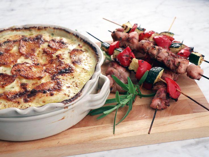 Grekiska kycklingspett med potatisgratäng med fetaost och vitlök | Recept från Köket.se