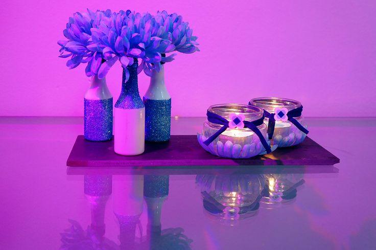 Detalles decoración para la mesa del día de los enamorados, porta-velas elaborados en cristal y jarrones con purpurina