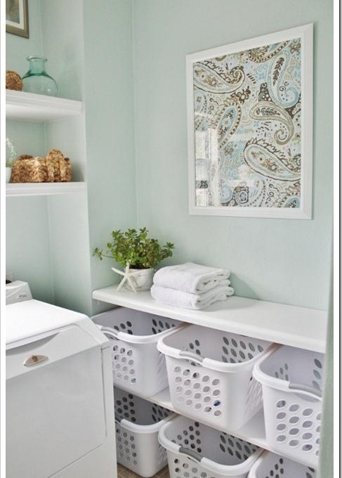 Os cestos plásticos são ideais para organizar as roupas limpas e sujas, e também separar as cores para facilitar seu trabalho.
