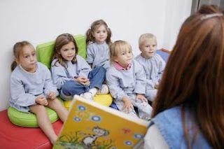 """""""... se mi metto seduta sul divano per leggergli un libro, adatto alla loro fascia di età, mostrando anche le immagini, i bambini non stanno seduti davanti a me ad ascoltarmi. Girano per casa, tra i giochi, ogni tanto mi guardano, o vengono a prendersi una coccola, ma non riesco a tenerli fermi su quello che sto facendo. Esiste un modo per farmi seguire?"""" Le vostre domande su vitazerotre!"""
