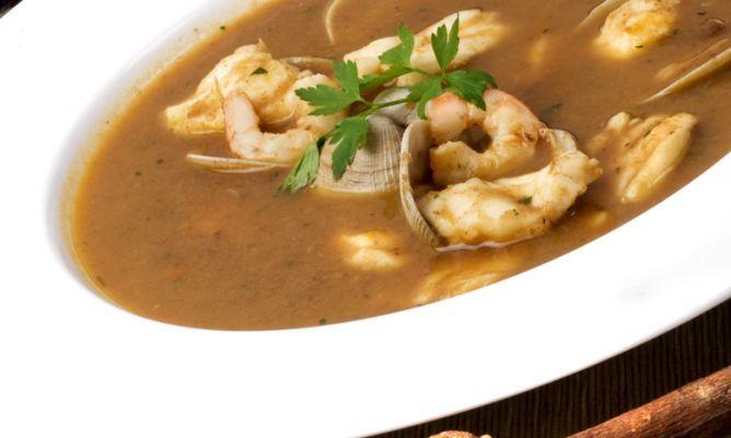 La tradicional receta de sopa de pescado elaborada con rape, gambas y almejas al estilo del cocinero Karlos Arguiñano.