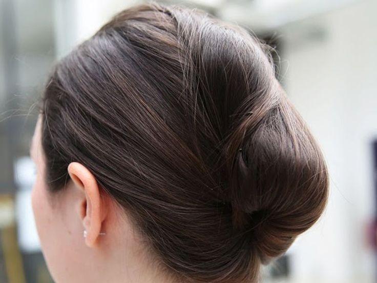 Wir haben eine ausführliche Step-by-Step-Anleitung zur French Roll. Diese Frisur ist die klassische Hochsteckfrisur fürs Büro, Partys, den Abiball oder einfach so.