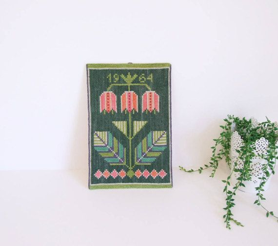 Swedish Embroidered Wall Hanging // Handmade wall por tiendanordica