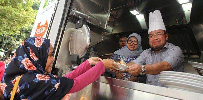 Food Truck For Humanity ACT  Presiden Aksi Cepat Tanggap (ACT) Ahyudin (kanan) bersama Plh Direktur Perlindungan Sosial Korban Bencana Alam, Ditjen Linjamsos, Kemensos RI Sunarti melayani masyarakat yang mengantre untuk mengambil makanan di Food Truck dalam acara perkenalan Food Truck For Humanity di Jakarta pekan ini. Food Truck tersebut nantinya akan berkeliling membagikan makanan selama 30 hari saat bulan puasa di sejumlah titik berbeda. RMOL