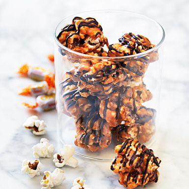 Vem älskar inte nutella? Göm den söta hasselnötskrämen innanför kolasåsdränkta popcorn till ett alldeles magiskt gott godis. Ringla över smält choklad och låt gästerna gissa den hemliga ingrediensen inuti de söta popcornbollarna!