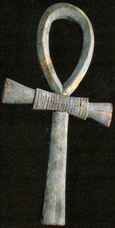 """L'Ankh (attribut des dieux) était un symbole égyptien antique de vie éternelle et l'immortalité. Le mot ankh signifie """"aussi le miroir"""" dans la langue égyptienne antique, comme dans un miroir à l'âme."""
