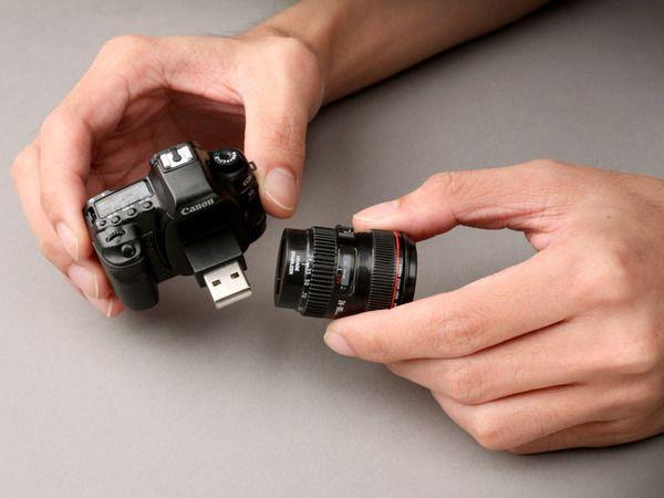 Pendrive em formato de câmera. Detalhe para os fotográfos: é uma miniatura perfeita da Canon EOS 5D Mark II