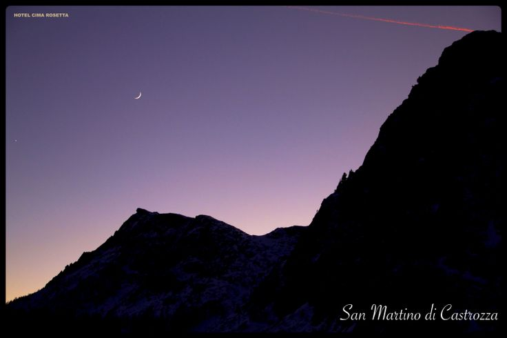Un magnifico tramonto viola a San Martino di Castrozza.