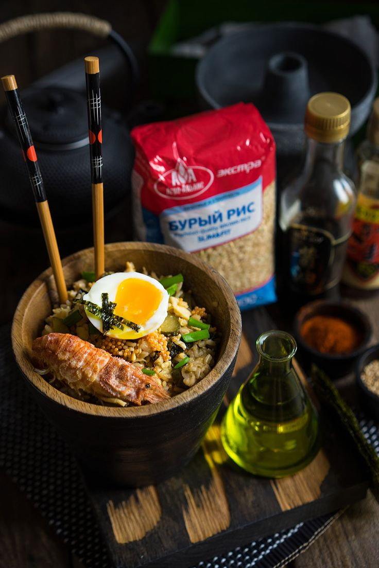 Фрайд райс с бурым рисом Всё таки в Азии есть какое-то особое очарование, если мы говорим о кухне! При лёгкой бытовой небрежности и аскетичности в ингредиентах, азиаты всегда умудряются создать шедевр! Ни одна кухня мира не является такой же яркой, уникальной и загадочной. Большинство секретов азиаты прячут в соевом соусе и кунжутном масле, техниках обработки...Креветки — 6 шт Корнишоны — 6 шт Яйца — 2 шт Кунжутное масло — 2 ст.л. Рис — 300 г Совевый соус — 2 ст.л.