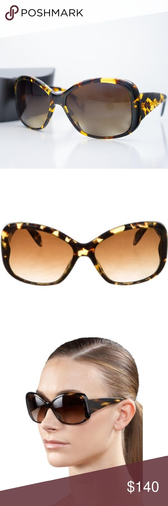 New Oliver Peoples Sunglasses De La C Tortoise These feminine Oliver Peoples sunglasses, handcrafted of sleek rounded enamel, are sized to flatter most faces. Color - coco tortoise with tonal gradient polarized lenses and rounded acetate frames with thick, contoured temples. Oliver Peoples logo plaque inlaid at temple. Wide arms taper to thin earpieces and block out the brightest rays. Popular between Hollywood elite. 6-base lens curve provides 100% UVA/UVB protection. Hand made in Italy…