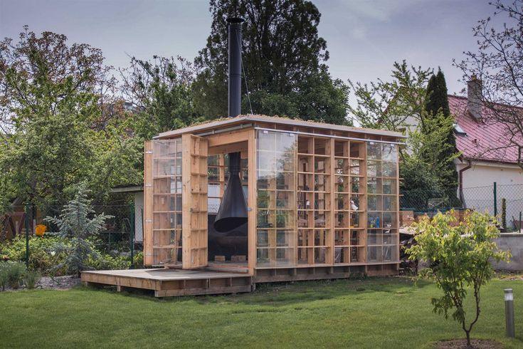 Architekt Petr Šindelář navrhuje dřevěné zahradní altány a sauny pod značkou Kijukiju. Postavíte je za dva dny. Stojí na zemních vrutech, není třeba kopat ani betonovat. Na snímku je altán Vítr, který stojí v Černošicích.