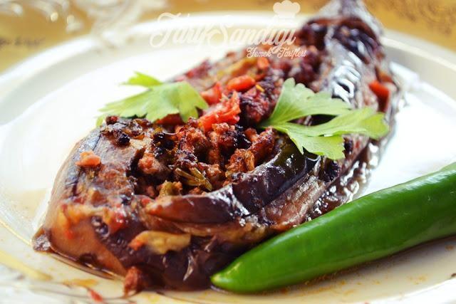 Malzemeler 5 adet patlıcan Yarım kg koyun kıyma 2 orta boy soğan maydanoz 3-4 domates 1 kırmızı biber 2 yeşil biber Kızartma için sıvı yağ Karabiber Tuz Yarım yemek kaşığı biber salçası