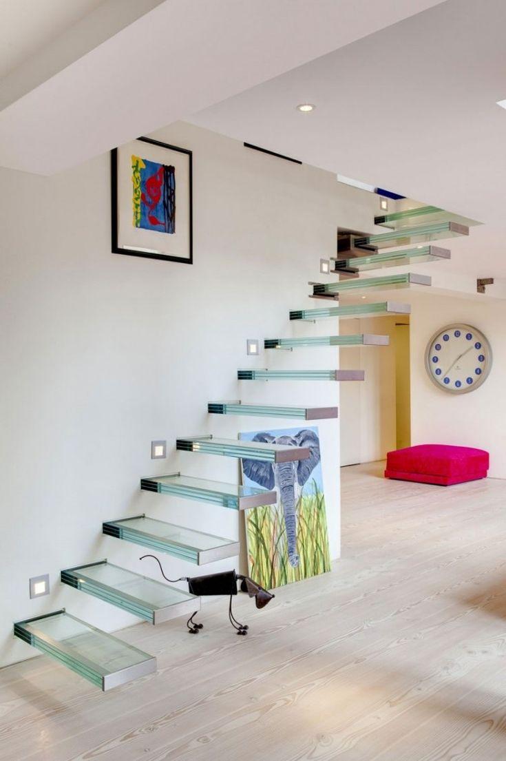 escalier suspendu sans rampe à marches en verre et spots