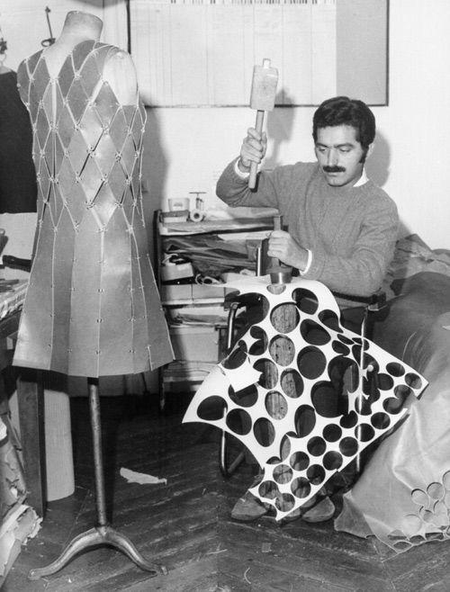 Paco Rabanne trabajando con diferentes materiales innovadores que él incluyó en la moda. © Getty Images
