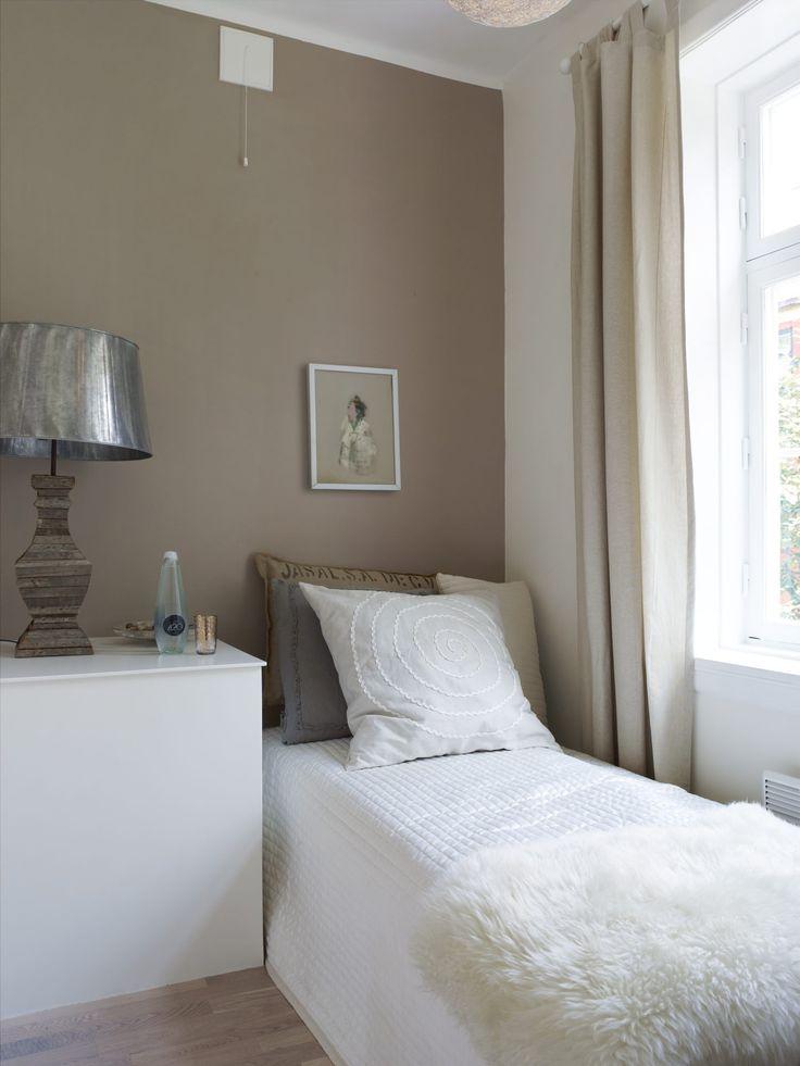 Selv om det er lite, synes Kristin det minste soverommet er det flotteste rommet. Det har mye lys og utsikt til et stort tre. Farge på veggen: Marrakesh – 1623 Jotun/NCS 3606-I29R