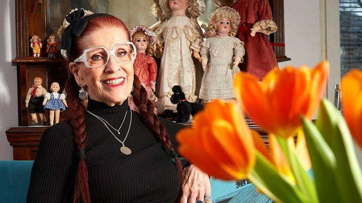 Missäpä huomenna 90 vuotta täyttävä Aira Samulin ei olisi ehtinyt olla mukana! Jo alle 30-vuotiaana hän oli tekstiilitehtaan toimitusjohtaja. Diskoikoni tunnetaan ilopillerinä, mutta ilo on valinta, jolla orpotyttö on pärjännyt vaikeuksissa.