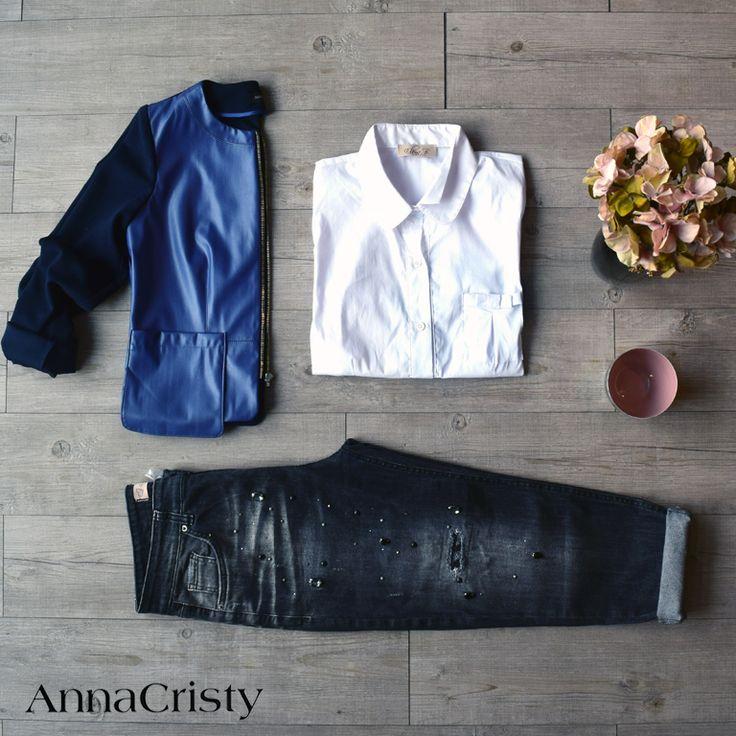 Giacca in similpelle con tasche Camicia bianca in cotone con tasca Jeans boyfriend con strass e borchie