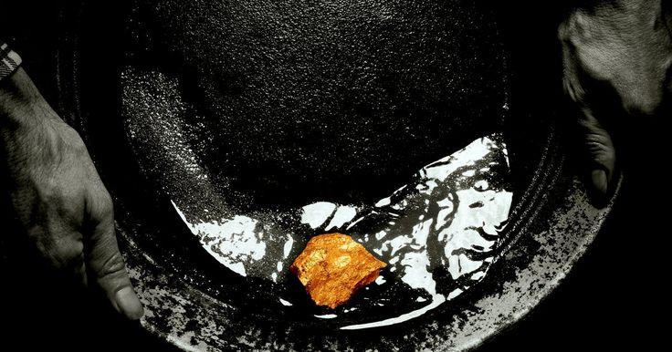 Como fazer armadilhas para ouro. Uma armadilha de ouro é um termo usado para um aparato capaz de dragar ouro e sedimentos e não perdê-los de volta na corrente do riacho ou córrego. O objetivo da armadilha é separar o ouro e o sedimento da água e então transportá-los para a mesa de lavagem para processamento. Não existe nenhum aparato mágico capas de sugar ou dragar apenas ouro, ...