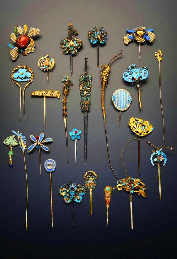 Collection of gilt metal and Kingfisher feather hairpins and earpick-hairpins; variously formed as flowers and foliage, bats, birds and shou characters, decorated with pearls and coloured stones, Qing Dynasty, China. https://musetouch.org/