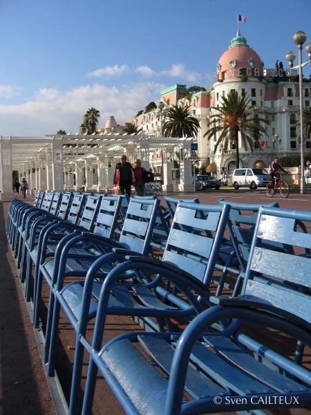 Chaises bleues sur la Promenade des Anglais