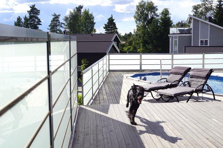 Design Sonate som rekkverk og levegg. Frostet glass, Termo Ask lister og rustfritt stål.  Photo Ylva Meltvedt www.forefence.com