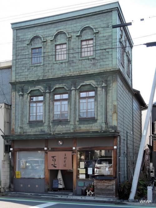 川越市立美術館の先にある銅版葺きの「つり具」は旧湯宮釣具店(手打ちそば百丈) 川越市の看板建築