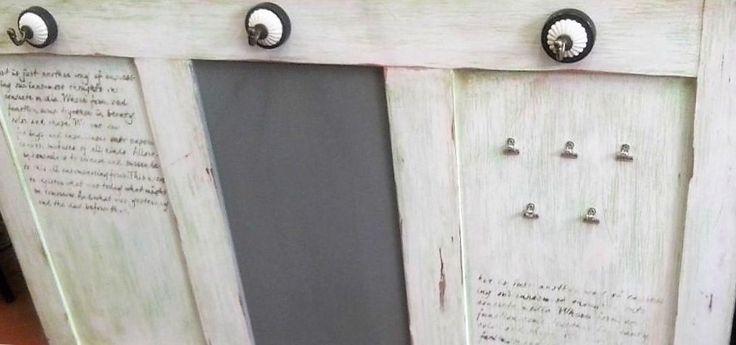 Reciclaje. Una antigua puerta reconvertida en pizarra y colgador. #larestauradora #reciclajedemuebles #diy #pinturadecorativa Más información: www.larestauradora.es