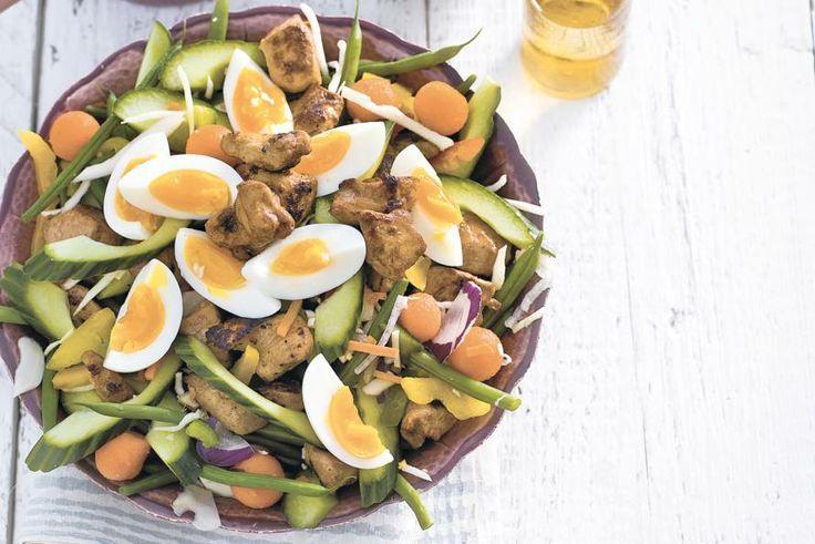 Sperziebonen Gadogado met kip: binnen 25 minuten een kleurrijke maaltijd op tafel.