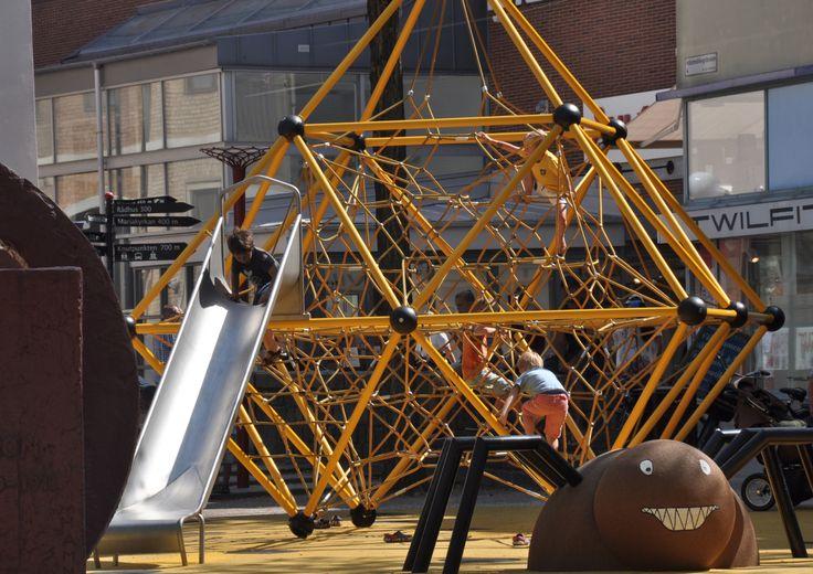 Helsingborg erbjuder 20- tal temalekplatser. På bilden är en av de nyare lekplatserna på Konsul Olssons plats som invigdes 2014.