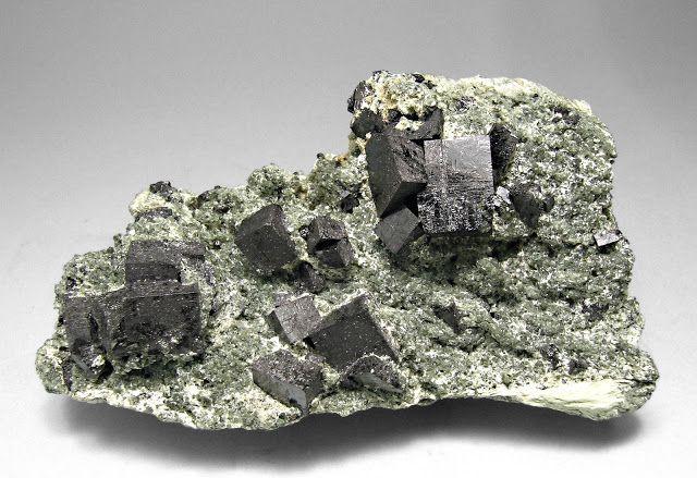 | PEROVSKITA | A Perovskita (óxido de cálcio e titânio, CaTiO3), é um mineral relativamente raro ocorrendo na forma de cristais ortorrômbicos (pseudocúbicos). A perovskita ocorre em rochas metamórficas e associada a intrusões máficas, a sienitos nefelínicos e raramente a carbonatitos. A perovskita foi descoberta nos montes Urais da Rússia por Gustav Rose em 1839, e foi nomeado em homenagem ao mineralogista russo Lev A. Perovski (1792-1856).