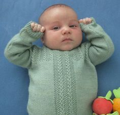 Babybregner. Sød og velsiddende bluse. Lukket med knapper på den ene skulder. Mønstret ligner små bregneknopper, og det er ikke svært.