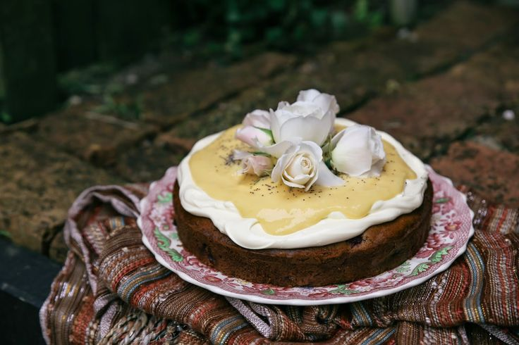 petite kitchen: THE MOST MAGNIFICENT MACADAMIA, BLACKBERRY & BANANA CAKE TOPPED WITH LEMON CURD