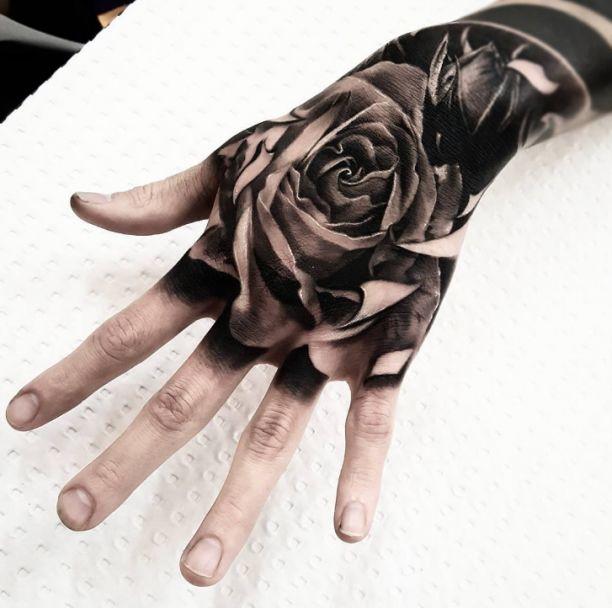 Tattoo Rose Hand schwarz weiss