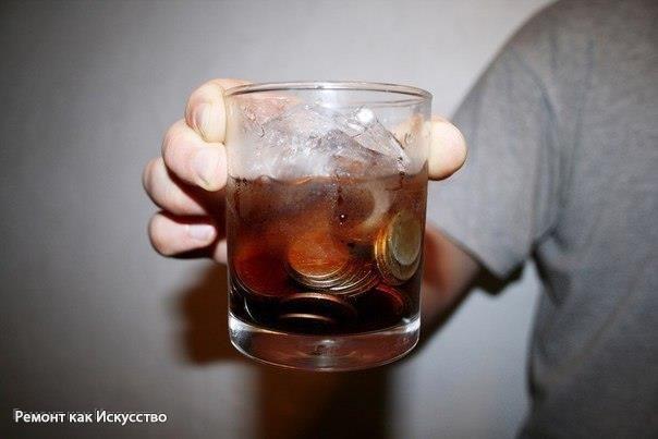 Как использовать Кока-колу в быту  Кока-кола – популярный газированный напиток со 120-летней историей, изобретенный Джоном Пембертоном в 1886 году. С каким удовольствием многие из нас (особенно дети и подростки) пьют Колу да еще в огромных количествах. Но так ли уж безобиден и насколько полезен этот приятный на вкус и цвет напиток для живого организма? Об этом наш рассказ.  Для начала пара любопытных сведений о Кока-коле:  • по некоторым данным Кока-кола может запросто растворить…